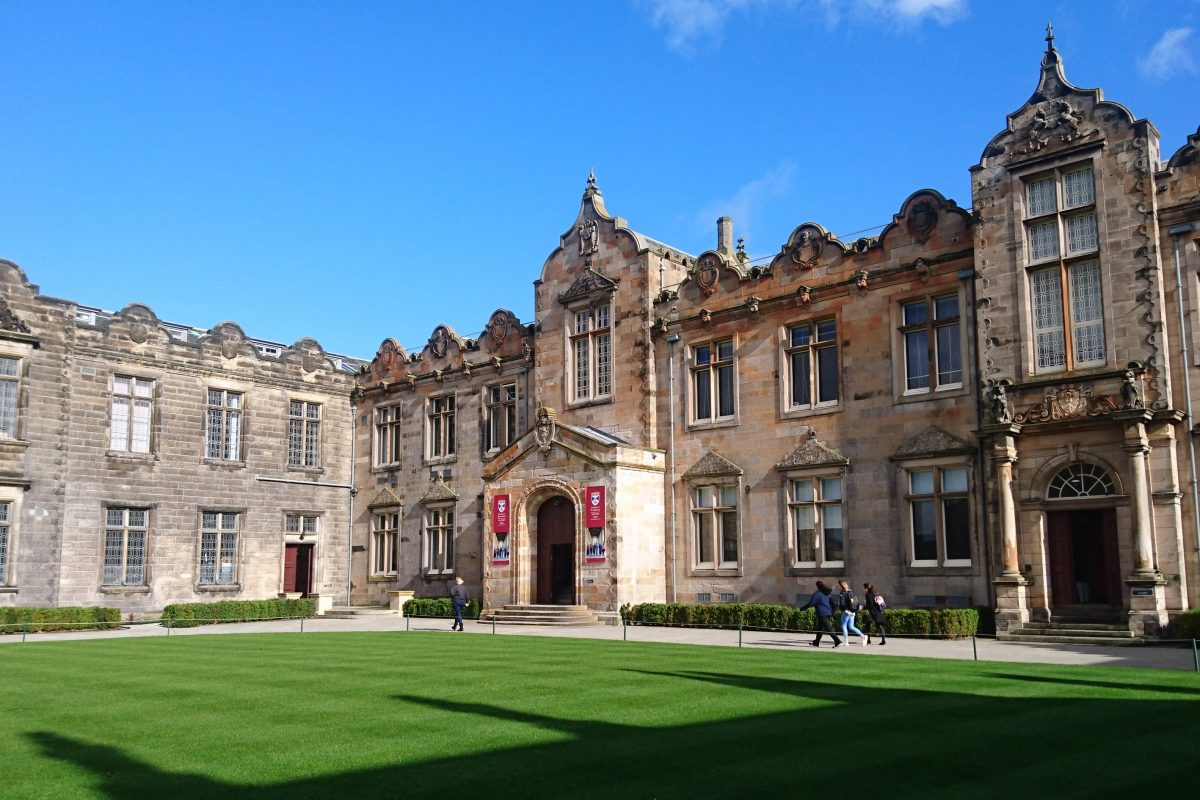 St Andrews students to stay at home